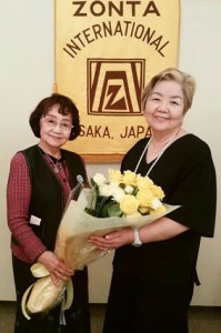 会長の引き継ぎ。前任の税所会長に花束を贈呈しました。